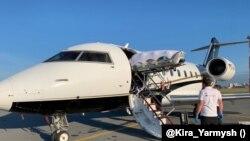 Завантаження нош із Олексієм Навальним до евакуаційного літака з Німеччини, 22 серпня 2020 року
