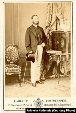 Carol I de Hohenzollern a domnit între 1866 și 1914. Aici o fotografie din prima parte a domniei realizată de un fotograf ardelean, mutat la București: Carol Pop de Szatmari. Fotograful făcea parte dintr-un val de central-europeni care găseau Bucureștiul atrăgător și profitabil.
