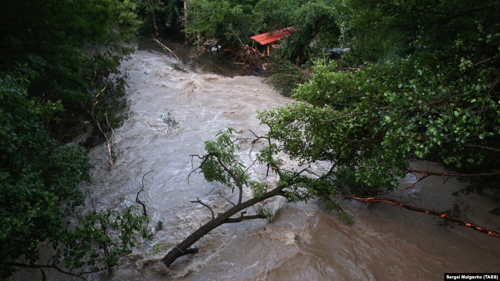 Пресслужба кримського Гідрометцентру повідомляє, що дощі йтимуть у Криму щонайменше до середи 7 липня але з вівторка їх інтенсивність зменшиться
