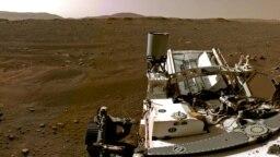 بخشی از یک عکس پانوراما که مریخنورد ناسا در ۲۰ فوریه ۲۰۲۱ از سطح سیارهٔ بهرام انداخته و فرستاده است