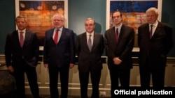 Сопредседатели Минской группы ОБСЕ, личный представитель действующего председателя ОБСЕ Анджей Каспшик (справа) и глава МИД Армении Зограб Мнацаканян (в центре), Вашингтон, 24 октября 2020 г.