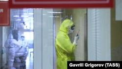 Коронавирус жұққан науқастарды емдейтін медицина қызметкерлері.