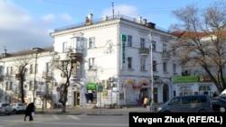 Этот дом является памятником архитектуры времен «сталинского ампира»