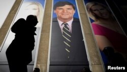 Prezentatorul vedetă al Fox News, Tucker Carlson, pe fațada sediului din New York al rețelei media. Tucker Carlson tocmai s-a întors din Ungaria, unde presa oficială a cenzurat parte din interviul său cu Viktor Orbán.