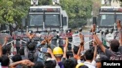 Участники протеста напротив военных в Мандалае. 20 февраля 2021 года