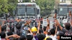 Zemlju potresaju višenedeljni protesti otkako je vojska preuzela vlast i pritvorila ključne vođe u puču izvedenom 1. februara kada su svrgnuti i pritvoreni visoki vladini čelnici, uključujući Aung San Suu Kyi, a nemiri su sve intenzivniji.