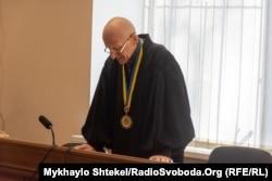 Суддя Віктор Попревич зачитує вирок Стерненку