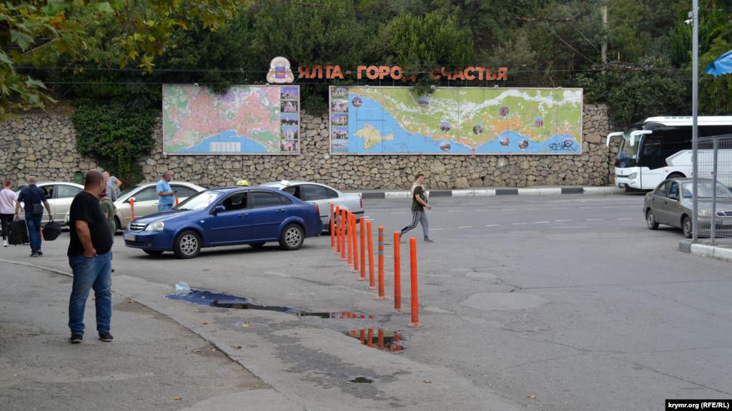 С целью ограничения парковки делиниаторы установили и на нижней платформе ялтинского автовокзала, но там таксисты просто выломали один из столбиков и продолжают парковаться у заезда на платформу