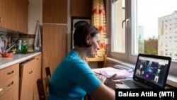 Palkovics Borbála, az Arany János gimnázium angoltanára online tanórát tart 9. osztályos diákjainak nyíregyházi otthonában.