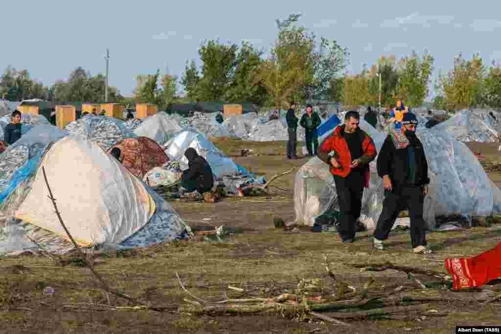 Для тех, кто находится в лагере, организована медицинская помощь, подвоз воды. Также в лагере можно приобрести продукты питания и товары первой необходимости.