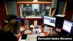 """""""Klubradio"""" oppozisiýa radiostansiýasynyň işgärleri, Budapeşt, 2021-nji ýylyň 9-njy fewraly"""