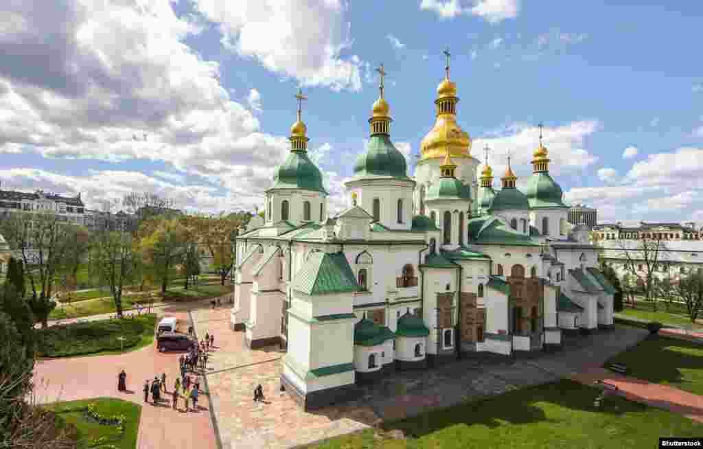 A Szent Szófia-székesegyház Nagy Vlagyimir uralkodása alatt épült, körülbelül ezer éve. A Kijevi Rusz számos uralkodóját temették itt el.
