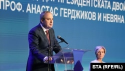 Проф. Анастас Герджиков и полк. Невяна Митева по време на официалното издигане на кандидатурата им в НДК.