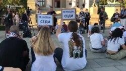 Beograd: Građani na pločniku ispred Skupštine Srbije