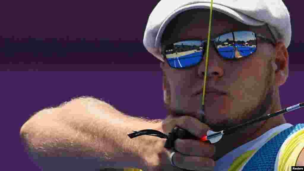 Украинец Алексей Гунбин стреляет из лука на Олимпийских играх 2020, 1/32 финала. Токио, 28 июля 2021 года