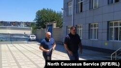 Подсудимые Ацамаз Датиев и Владимир Валиев идут на судебное заседание. Архивное фото