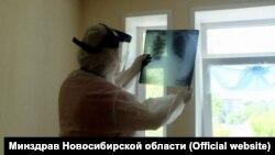 Медработник изучает рентген-снимок. Иллюстративное фото.