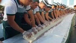 Очередной кулинарный рекорд узбекистанцев: 31-метровый лаваш