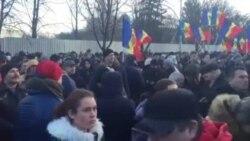Atmosferă din faţa Parlamentului, din tabăra socialiştilor şi a Partidului Nostru