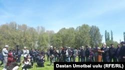 Глава ГКНБ Кыргызстана на встрече с участниками акции против передачи Узбекистану части территории Кемпирабадского водохранилища в селе Куршаб Узгенского района, 25 апреля 2021 года.