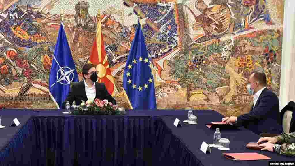 МАКЕДОНИЈА - Претседателот Стево Пендаровски денеска ѝ се заблагодари на Србија што вакцинирала македонски државјани против ковид-19, но дека тоа е срам за Македонија. На тоа му реплицираше министерот за здравство Венко Филипче кој рече дека тоа е знак на солидарсност. Пендаровски на тоа одговори дека тоа е солидарност но дека тоа не е слика за фалање.