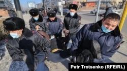 Полиция қызметкерлері парламент пен мәслихат сайлауы күні Алматының орталығында үкіметке наразылық акциясына шыққан адамдарды ұстап, әкетіп жатыр. Қазақстан, 10 қаңтар 2021 жыл.