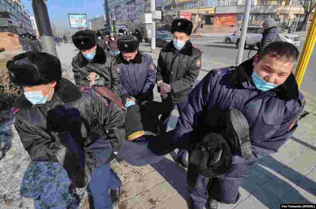 Legkevesebb 12 embert vettek őrizetbe a rendőrök.