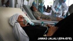 يوه افغانه مېرمن د کابل په يو روغتون کې بستره ده - د ارشیف انځور.