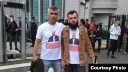 Шухрат Кудратов (слева) и его товарищ в Москве