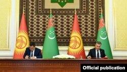Кыргызстандын президенти Садыр Жапаров менен Түркмөнстандын президенти Гурбангулы Бердымухамедов.