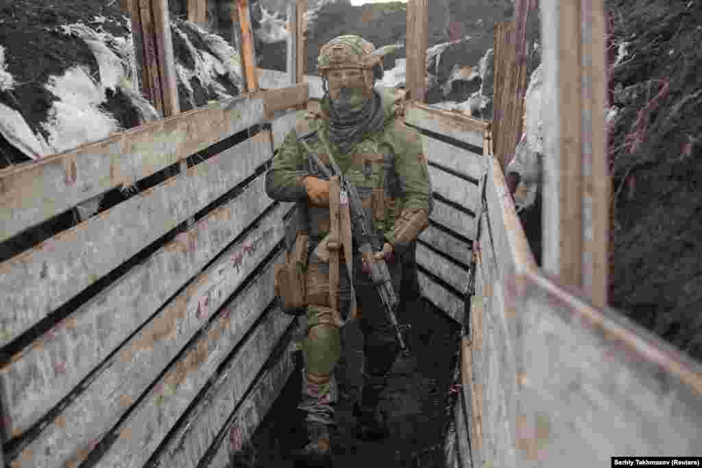 Egy katona járőrözik az ukrán kormányzati erők lövészárkaiban Donyeck közelében. Több tucat ukrán hivatásos katona halt meg az összetűzésekben 2020 eleje óta.