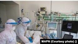 Spitalul modular Ana Aslan din subordinea Spitalului Militar Central are o secție de ATI cu 12 paturi ocupată complet la momentul realizării articolului