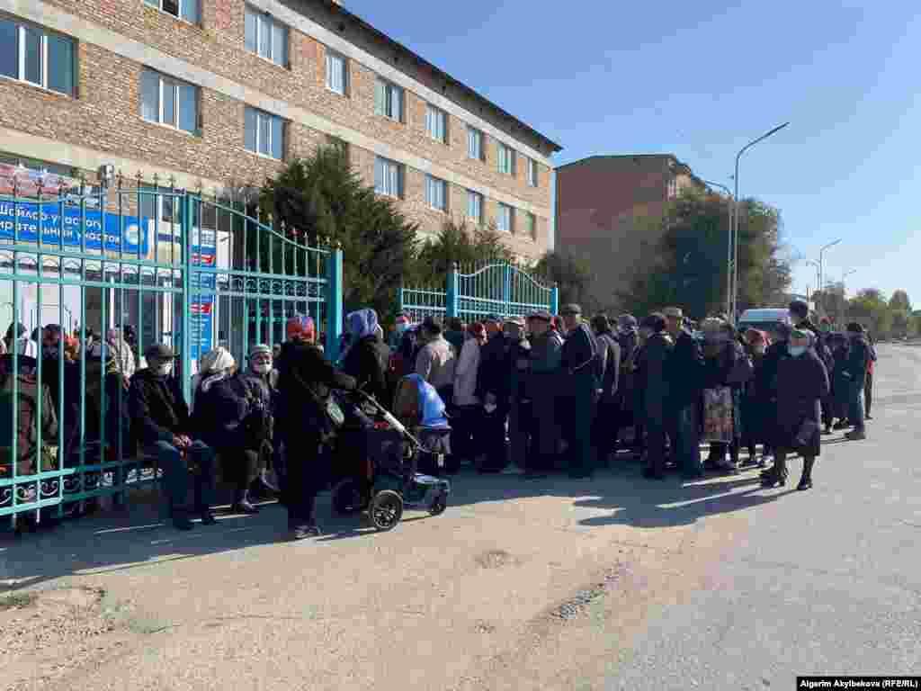 На многих участках в Таласе большие очереди. Наблюдатели говорят о большом числе голосующих по форме №2.