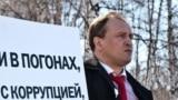 Ruski novinar Eduard Šmonin vjeruje da je bio na meti istražitelja zbog njegovog izlaganja o masovnoj krađi nafte u zapadnom Sibiru.