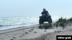 Наряд пограничной службы Украины осуществляет проверку побережья Азовского моря, 21 апреля 2021 года