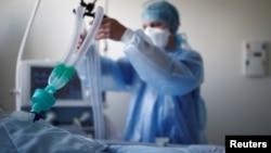 Një infermiere në Francë kujdeset për një pacient me COVID-19, që gjendet në kujdesin intensiv. Fotografi nga arkivi.