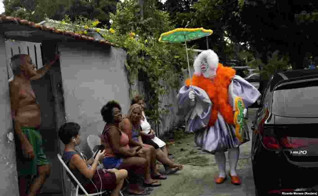 Чоловік у карнавальному костюмі, попри заборону святкувань у Бразилії, гуляє передмістям Ріо-де-Жанейро