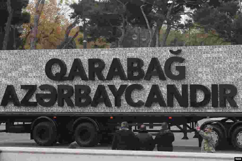 Лозунг на этом грузовике гласит: «Карабах– это Азербайджан». Согласно условиям прекращения огня, часть территории остается под контролем этнических армян, включая самый большой город Степанакерт. Нагорный Карабах признан во всем мире частью Азербайджана, но этнические армяне, составляющие большую часть населения региона, отвергают азербайджанское правление