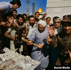 Sadiq Khalkhali (center) destroying the tomb of Reza Shah in 1979.