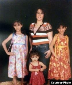 مریم اکبری منفرد و دخترانش پیش از بازداشت در سال ۸۸