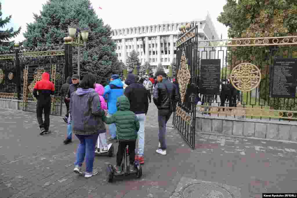 Ворота здания Жогорку Кенеша открыты настежь, на территории«Белого дома» сотни людей, в том числе женщины и дети, пожилые люди.