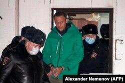 پولیس روسیه در حال دستگیری الکسی ناوالنی