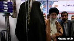 بازدید رهبر جمهوری اسلامی از غرفه شرکت حجاب شهرکرد در نمایشگاه کالای ایرانی در اردیبهشت ۹۷