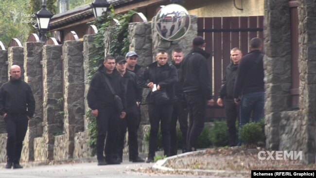 Близько третьох дня журналісти зафіксували кілька груп чоловіків у чорному, які вийшли з лісу й попрямували до головних воріт ресторану