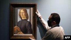 """Картина Боттичелли """"Молодой человек с медальоном"""" во время пресс-показа на Sotheby's 23 сентября 2020 г."""