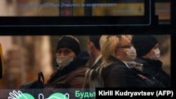 Moscova, transportul în comun, cu mască.