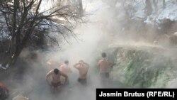 Migranti na termalnom izvoru kod Sarajeva: Toplije nego u kampu