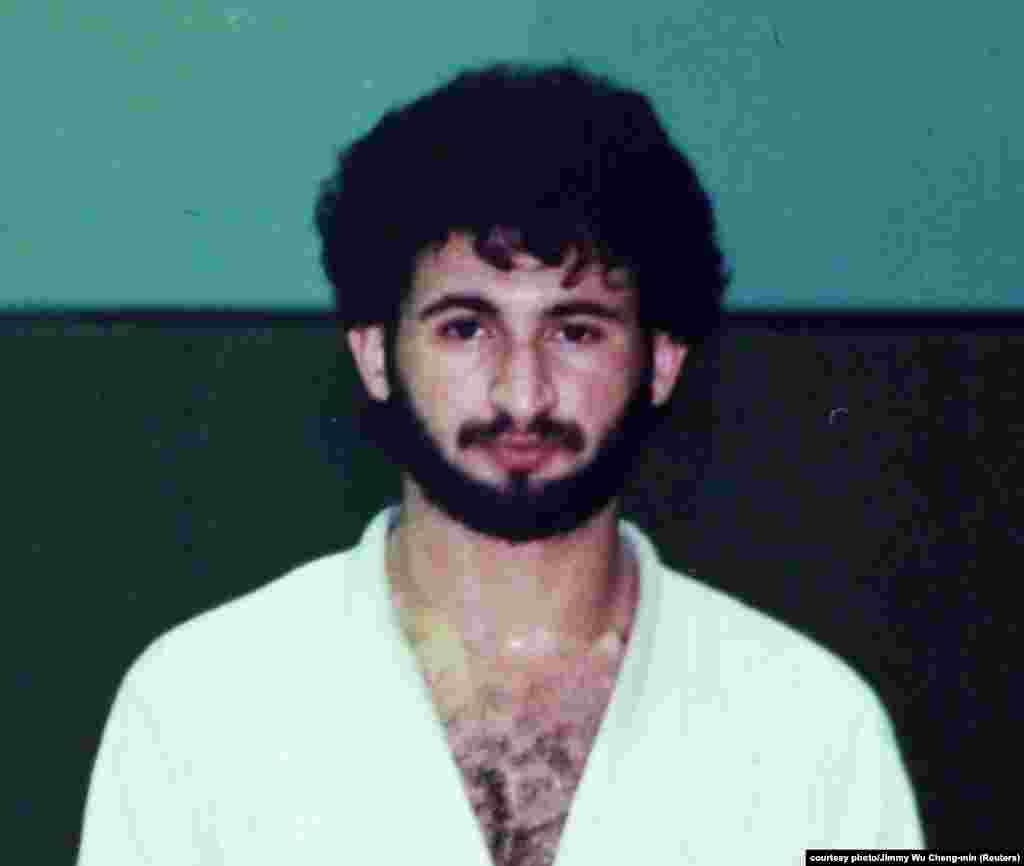 """Bin Laden egy dzsúdó edzésen Szaúd-Arábiában az 1980-as évek elején.Oszama bin Laden apja milliárdos építőmogul volt, és a szaúdi királyi családdal is jó kapcsolatot ápolt. Oszama a szovjet-afgán háború után alapította meg az al-Kaidát, amivel hadat üzent a """"zsidóknak és kereszteseknek"""", és kijelentette, hogy a nyugatiak meggyilkolása """"minden muszlim egyéni kötelessége""""."""