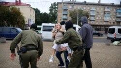 Cuvântul sau bâta? Diplomații occidentali o apără pe Svetlana Alexievici de agenții mascați ai lui Lukașenka