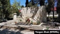 На кладбище Коммунаров